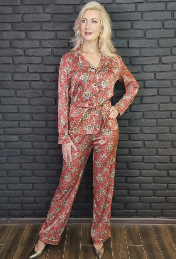 """Шёлковый брючный костюм в пижамном стиле с принтом энергокартины """"Жизни и Страсти""""."""
